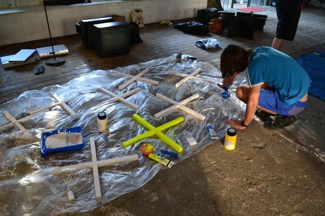 """Paul Weigel beim Herstellen der Kreuze für seine """"Wolke"""", Ausstellung """"Zehn Kreuze"""", © Alexander Racz"""