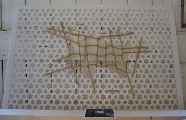 """Holger Meinhardt: Kunststoffobjekt mit Schnüren, Ausstellung """"Zehn Kreuze"""" Fürth; © Alexander Racz"""