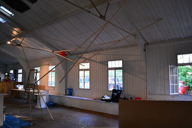 Robert Enderwitz: Installation aus Holz und Plastik während dem Aufbau; © Alexander Racz