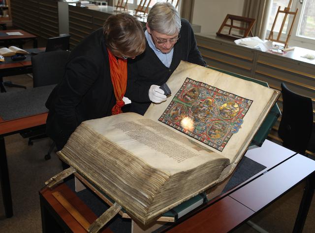 Die Kuratorin Dr. Anna Pawlik und der Buchrestaurator Frank Heidecke betrachten die Gumbertusbibel © GNM