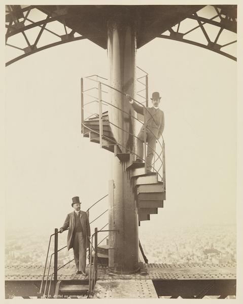 Gustave Eiffel und Adolphe Salles auf der obersten Plattform des Pariser Eiffelturms, 1889 Fotografie, Neurdein Frères, Paris 26,9 x 21,2 cm Germanisches Nationalmuseum, Nürnberg Kat. Nr. 21