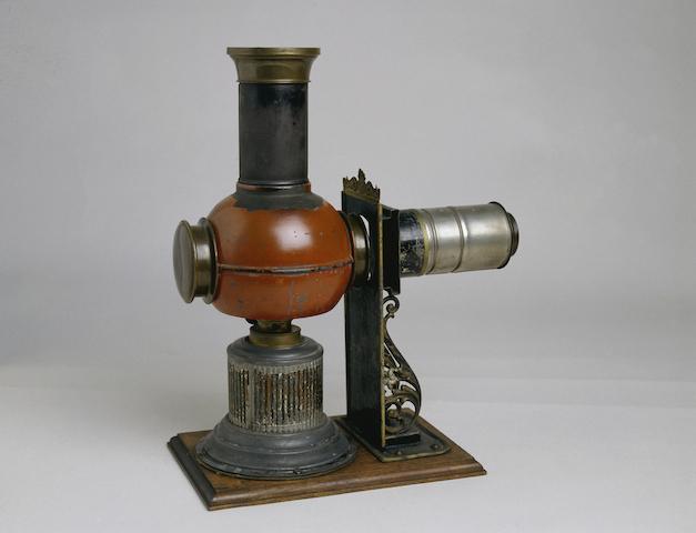 Laterna magica, um 1890/1900 Hergestellt von: Fa. Ernst Plank, Nürnberg Eisen-, Kupfer-, Messingblech, lackiert 31,2 x 26 x 13,5 cm Germanisches Nationalmuseum, Nürnberg Kat. Nr. 97