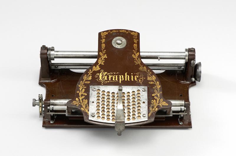 """Kautschuk-Typenplatten-Schreibmaschine """"Graphic"""", um 1895/1905 Hergestellt von: Heinrich Bonnin oder Kindermann & Co, Berlin 9,6 x 31 x 28,5 cm Germanisches Nationalmuseum, Nürnberg"""