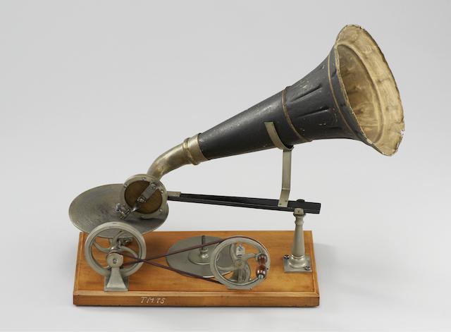 Grammophon, um 1890 Hergestellt von: Spielwaren-Fabrik Kämmer, Reinhardt & Co., Waltershausen 32,5 x 41,5 x 21 cm Germanisches Nationalmuseum, Nürnberg Kat. Nr. 521