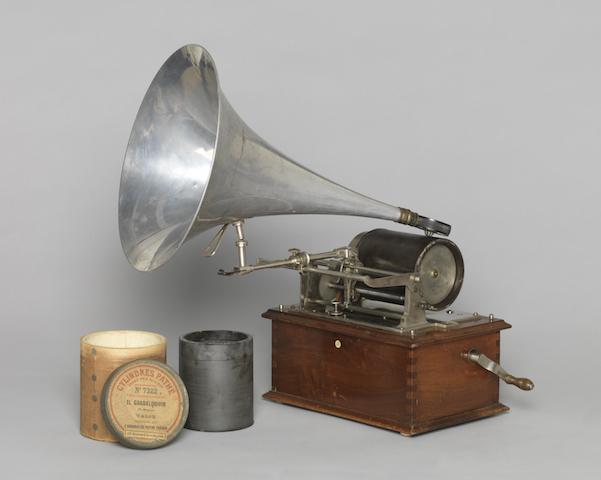 Phonograph mit Wachszylinder, um 1900 Hergestellt von: Pathé Frères, Paris 41 x 26 x ca. 42 cm Germanisches Nationalmuseum, Nürnberg Kat. Nr. 522