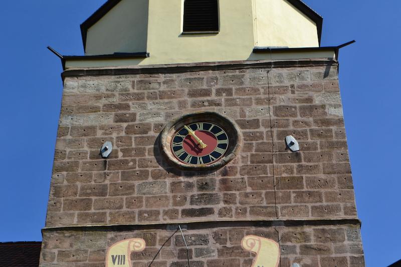 Uhr und Sonnenuhr am Chorturm von St. Lorenz in Großgründlach, Nürnberg © Alexander Racz 2014