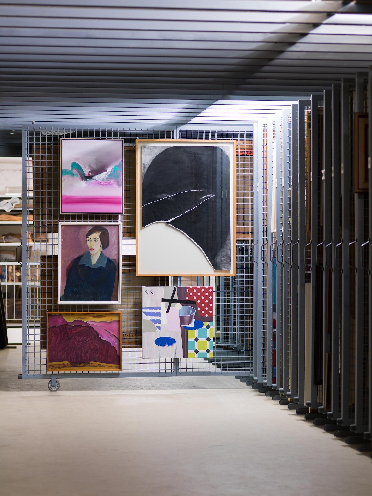 © Kunstvilla im KunstKulturQuartier, Annette Kradisch, Nürnberg, Titel: Ortwin Michl, Wolkenbild, 2, 2016 (Detail), Werner Knaupp, Kopf, 14.08.1979, 1979 (Detail), Wolf Sakowski, Die Kubistische Küche, 2011, Christian Klaiber, (rotes) Gebirge, 1959 (Detail), Brigitta Heyduck, Karin, 1958 (Detail) © VG Bild-Kunst Bonn 2019 für die Werke von Brigitta Heyduck, Werner Knaupp