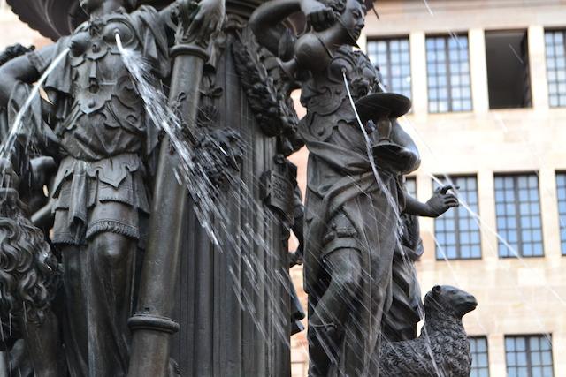 Tugend Tapferkeit (links) und Mäßigung (rechts) mit Wasserstrahlen, Tugendbrunnen, Lorenzer Platz, Nürnberg © Alexander Racz 2014, Kunstnürnberg