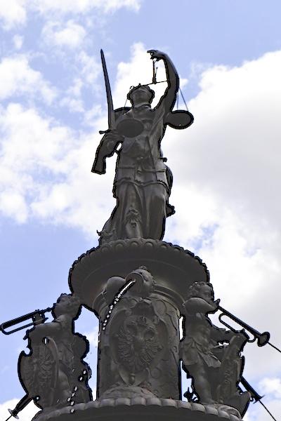 Justitia, Tugendbrunnen am Lorenzer Platz in Nürnberg, Foto: Alexander Racz 2014, Kunstnürnberg, digitale Aufhellung: Edgar Birzer