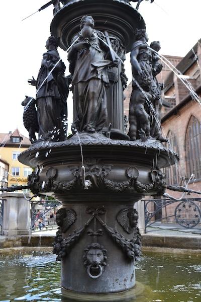 """Tugend """"Glaube"""" mit Kelch und Kreuz am Tugendbrunnen, Lorenzer Platz, Nürnberg © Alexander Racz 2014, Kunstnürnberg"""