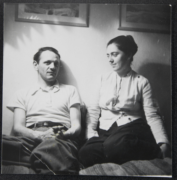 Unbekannter Fotograf: Anneliese und Curth Georg Becker auf einem Bett sitzend, um 1960 Silbergelatineabzug auf Barytpapier 5,4 cm x 5,3 cm Deutsches Kunstarchiv im Germanischen Nationalmuseum, Nürnberg