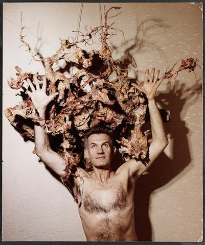 Karlheinz Bauer: Bernard Schultze bei einer Aktion, 1966 C-Print auf PE-Papier 29,3 cm x 24,5 cm Deutsches Kunstarchiv im Germanischen Nationalmuseum, Nürnberg © Waltraud Bauer