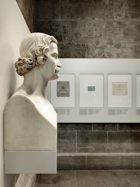 Blick in den neu eingerichteten Ausstellungsraum (von oben und mit Büste von Freiherr von und zu Aufseß im Vordergrund) © GNM Nürnberg