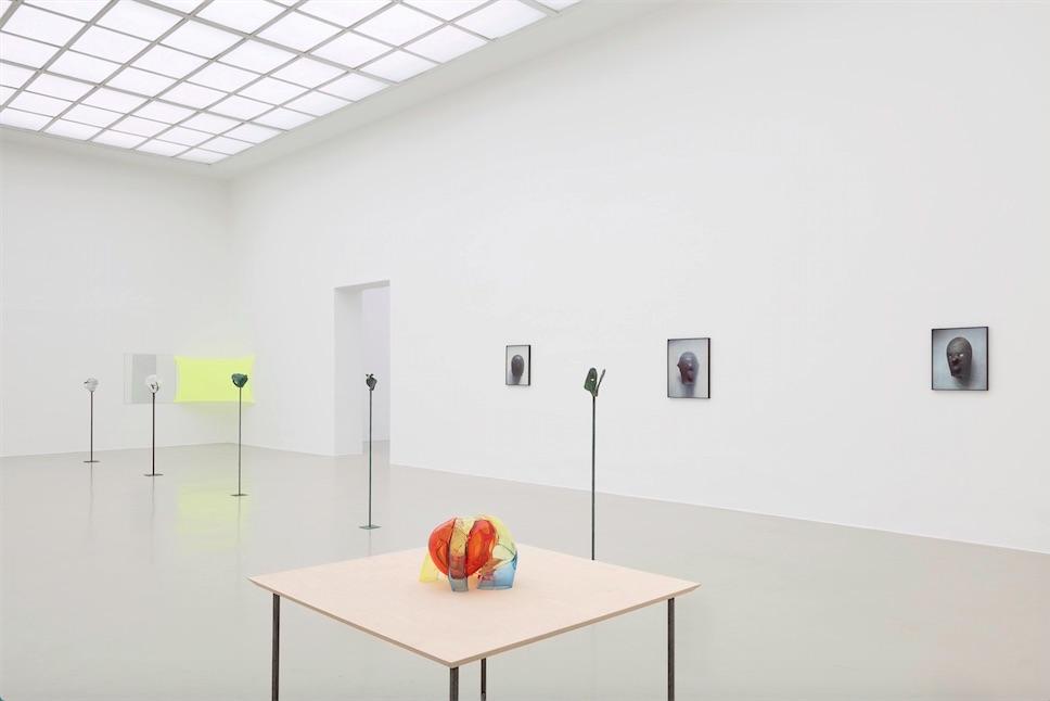Jean-Luc Moulène Installationsansicht Kunstverein Hannover, 2015, Raum 3, Foto: Raimund Zakowski