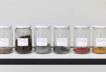 Alicja Kwades Werks Fahrrad aus dem Jahr 2014 vereint die Materialien Eisen und Gummi eines Fahrrad in verschiedenen Einmachgläsern