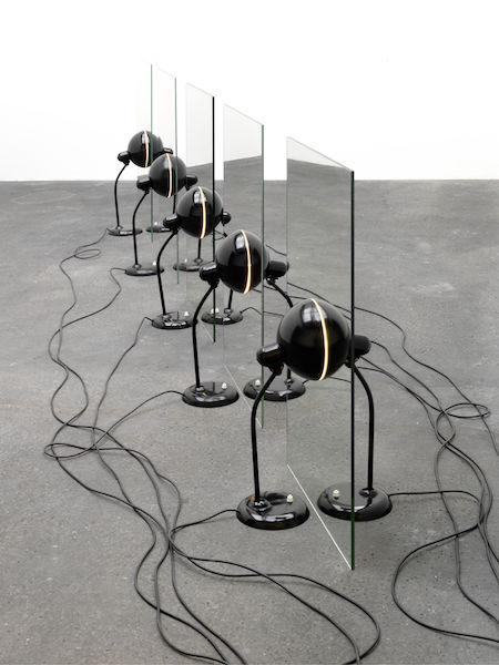 Alicja Kwade Werk Parallewelt besteht aus zehn Kaisertitel-Lampen, Kabeln und Spiegeln. Leider habe ich keine Ahnung warum. Wird aber sicherlich in der Ausstellung erklärt.