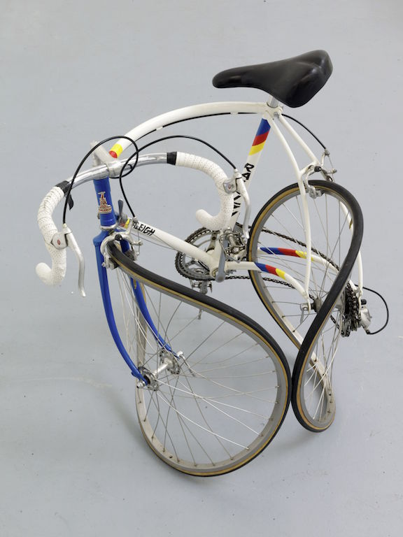 Alicja Kwade hat ein Rennrad verbogen. Es sieht aus als wäre es in einem Unfall verwickelt gewesen