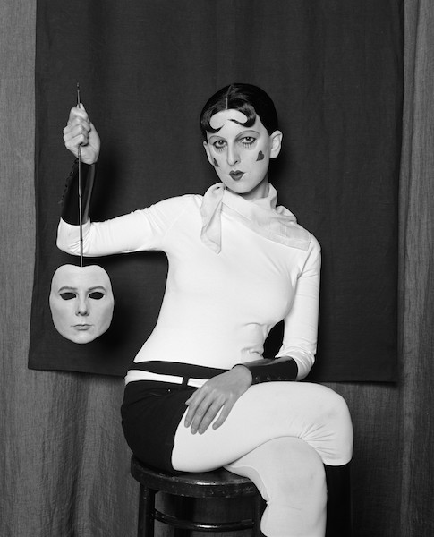 """Gillian Wearing, """"Me as Claude Cahun Holding a Mask"""", 2012 © Gillian Wearing · Foto: Sammlung Goetz"""