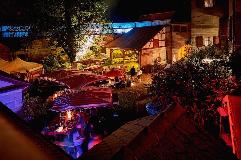 Der Innenhof der Burg Grünsberg bei Nacht. Foto: Tim Hufnagl