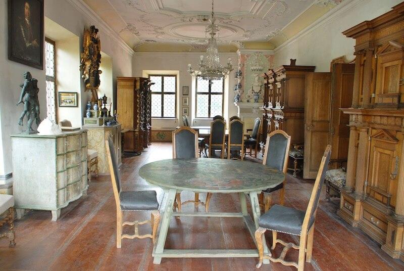 Blick in den Großen Saal des Haupthauses. Auf Grünsberg hat sich eine faszinierende Sammlung erhalten, die eng mit der Geschichte des Nürnberger Patriziats verknüpft ist. Foto: Stromerstiftung