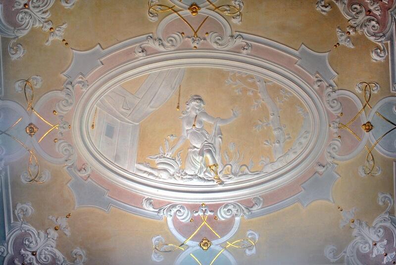 Das Haupthaus besitzt eine qualitätvolle Stuckausstattung. Im Türmchenzimmer ist Euridikes Schlangenbiss dargestellt. Diese Ausstattungsphase wird der Werkstatt des Tessiner Stuckateurs Donato Polli (1663-1738) zugeschrieben. Foto: Stromerstiftung