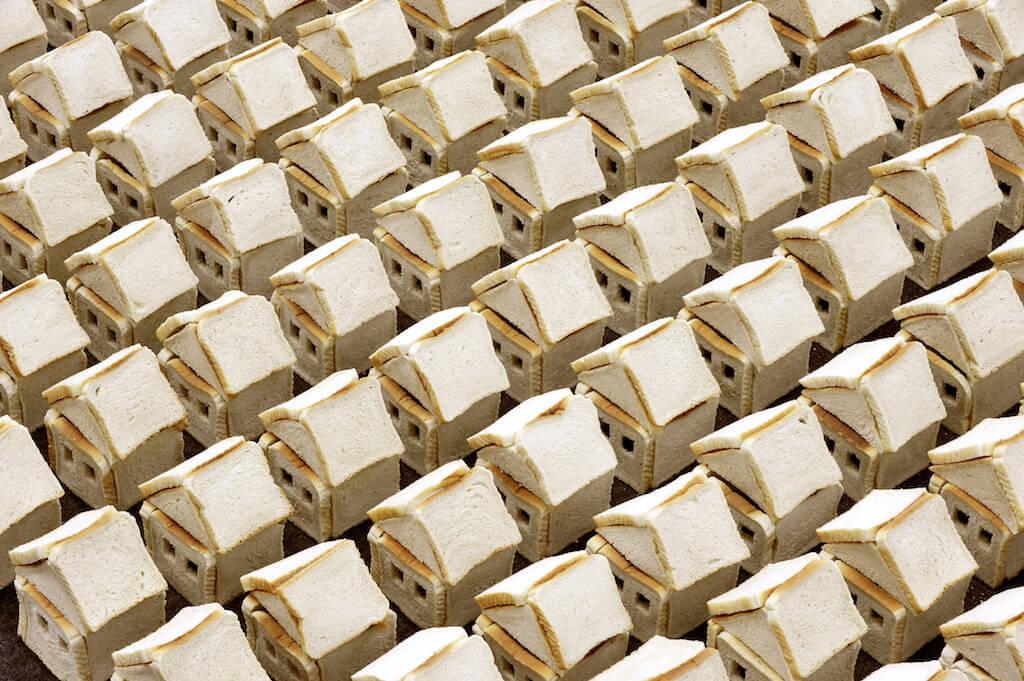 Alice Musiol Ohne Titel V, 2011 Toastbrot, Stecknadeln Größe variabel Courtesy: The artist © VG-Bild-Kunst, Bonn 2015 Fotos: © Joachim Werkmeister, Wilhelm-Hack-Museum Ludwigshafen