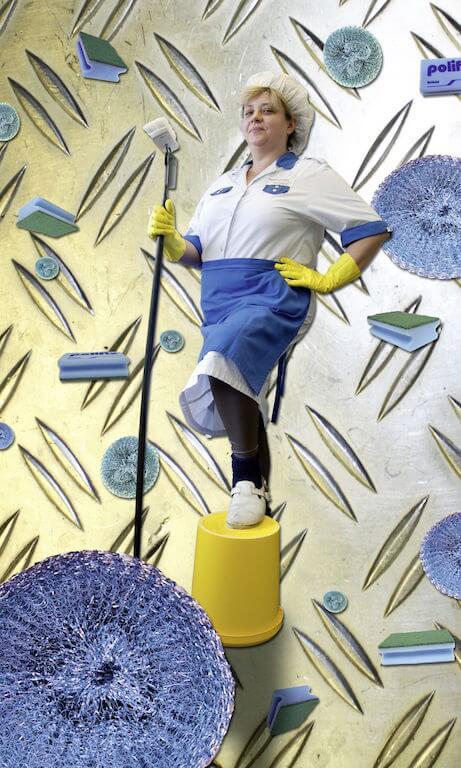 """Andrea Isa: Tugend der Sauberkeit, Aus der Serie """"Die Tugenden der Küchenfrau, Print auf Plane, Courtesy: The artist"""