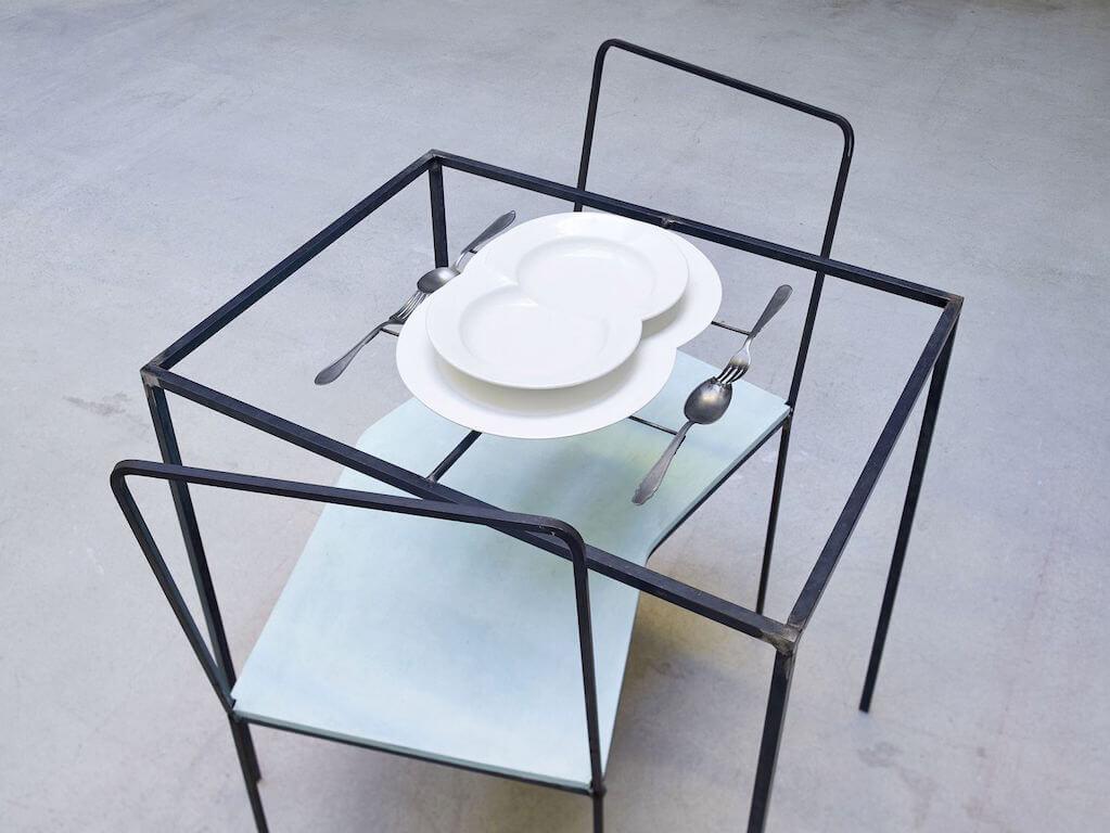 Dorothee Golz: Unteilbare Zweisamkeit, 2004, Eisen, Gips, Holz, Lack, 95 x 98 x75 cm, Courtesy: Galerie Karin, © VG-Bild-Kunst, Bonn 2015, Foto: © WEST Fotostudio, Wörgl