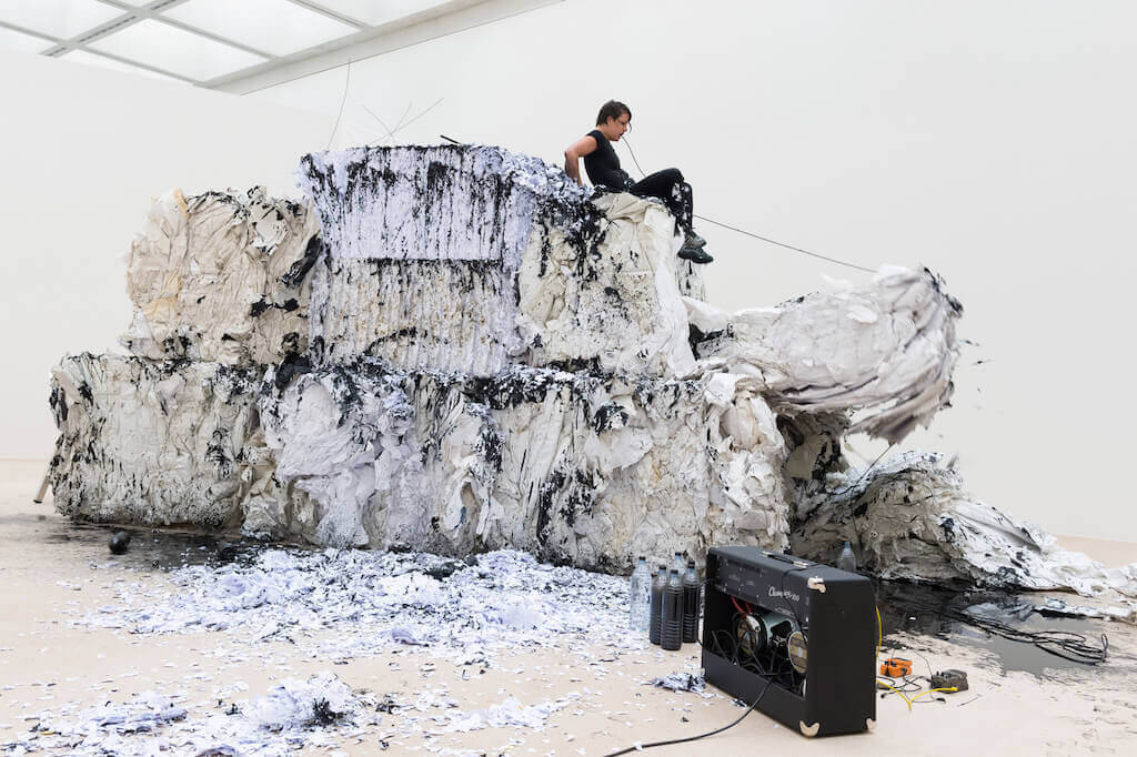 Anastasia Ax, The World As Of Yesterday, 2015 Performative Installation, Tinte, geschreddertes Büropapier, Ballen mit diversen Druckpapieren (Makulatur), Wasser, Sound-Equipment Fotos: Neues Museum (Annette Kradisch)