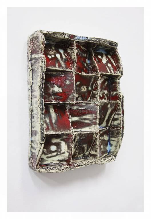 Jan Albers: twElvEpunchwEdgEs, 2015, Glasierte Keramik, 42 x 32 x 11 cm, Courtesy VAN HORN, © Pressefoto Kunstpalais Erlangen