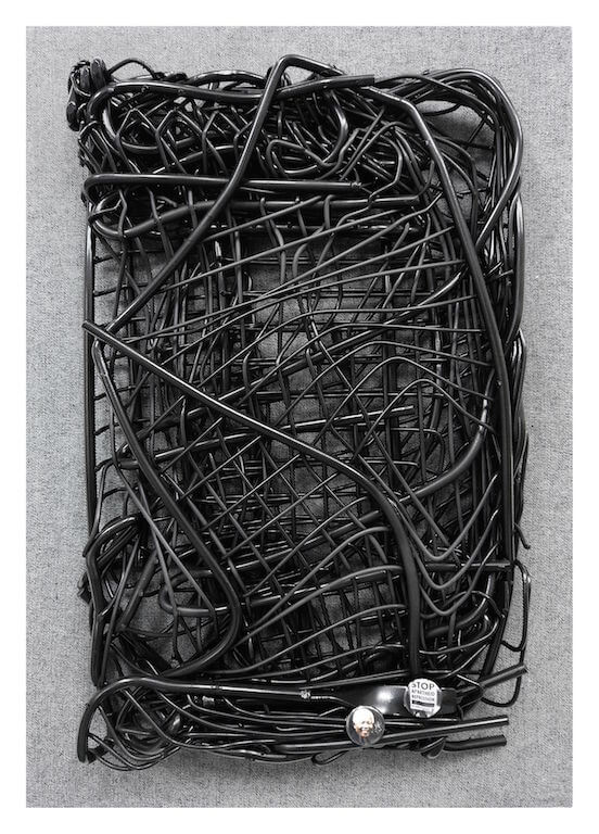 Jan Albers: blacknelsonbender, 2011 Sprühfarbe auf Stahl und Buttons, 50 x 30 x 13 cm, Sammlung Wethmar, © Pressefoto Kunstpalais Erlangen