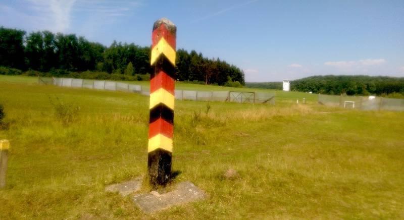 Deutsch-deutsches Freilandmuseum bei Behrungen, DDR-Grenzsäule und Blick nach Osten zum Grenzturm, © Alexander Racz