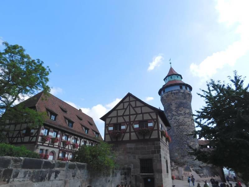Sektretariartsgebäude, Tiefer Brunnen und Sinwellturm im äußeren Burghof der Kaiserburg Nürnberg