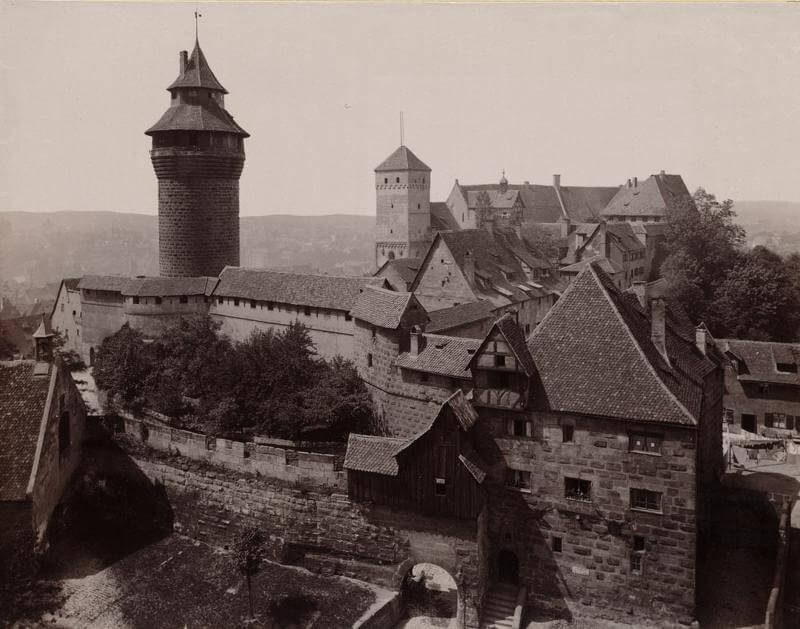 Fünfeckiger Turm (vorne), Sinwellturm (links), Kaiserburg Nürnberg, Foto beschnitten, Flickr Boston Public library, (CCBY2.0)