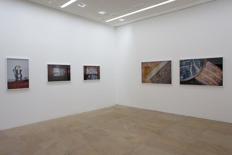 """Ausstellungsansicht """"Christian Werner: Stillleben BRD - Inventur des Hauses von Herrn und Frau B., Kunstpalais 2016 Foto: Erich Malter"""