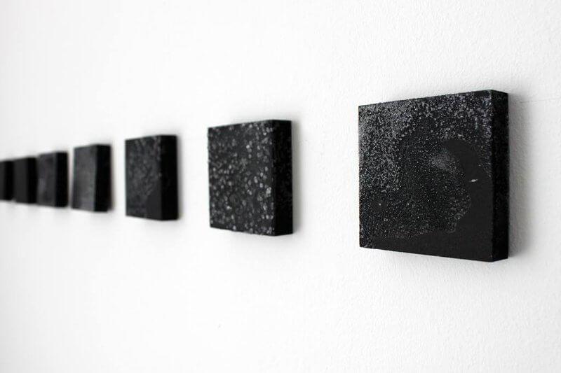o.T.(Crystallogenesis III), 2016 , Serie von 28 Objekte, Mischtechnik, je 8 x 8cm, © Elizabeth Thallauer