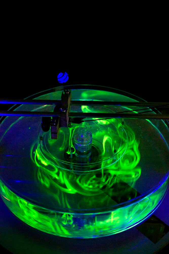 "Thomas Dawidowski ""ohne Titel (Hexagon) 2014 Plexiglas, Elektromotore, Labor-Netzgeräte, Aluminiumrohr, Holz und Wasser ca. 160 x 160 cm, Höhe variabel"