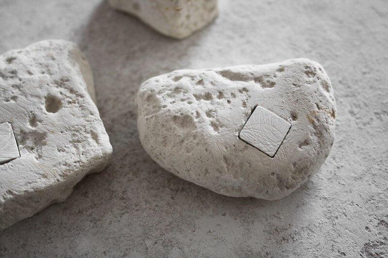 David Semper: >LA COTE D'ALBATRE, 2015, Tafelkreide, gefundene Kreidebrocken,Tafelkreide eingesetzt und auf die Ebene des Kreidebrockens geschliffen, Setzung variabel