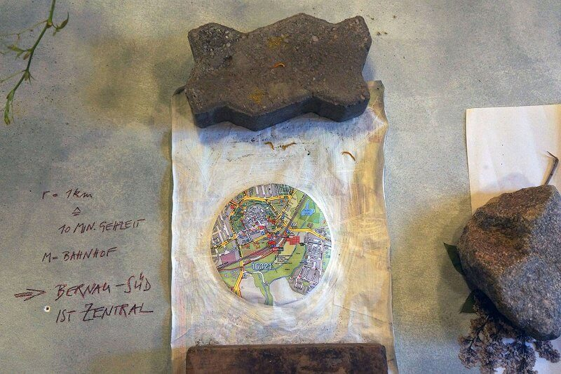 Natalie Obert:> r=1km ^ t=10'=, 2016, Quark-Kalk- Farbe auf Farbkopie, DinA4 Installationsansicht: ORTSAUFNAHMEN: Bernau-Süd