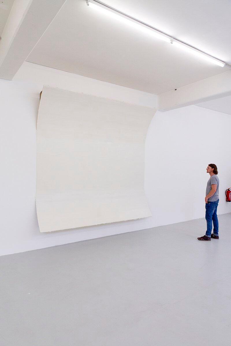 Sebastian Dannenberg: white out 2016, Lack auf Wand, Putz, vorgefundene Architektur, the avalanches, Kunsthaus L6, Freiburg