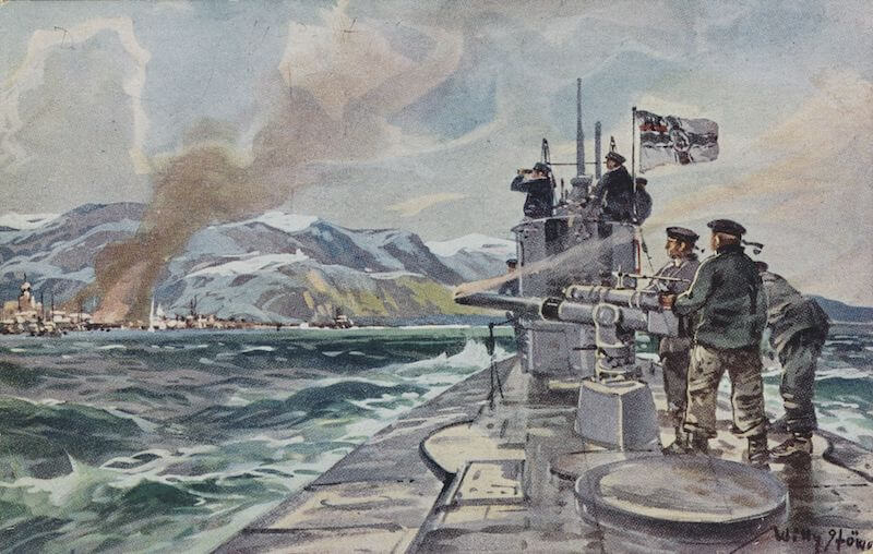 Postkarten waren das häufigste Kommunikationsmittel zwischen den Soldaten an der Front und den Daheim-Gebliebenen. Sie konnten direkt im Schützengraben erworben werden. Das Beispiel zeigt ein deutsches U-Boot mit Reichskriegsflagge und einem Teil der Besatzung an Bord bei der Beschießung der Stadt Alexandrowsk.