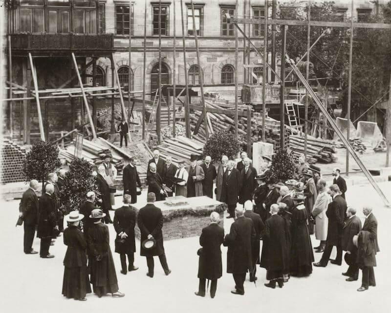 Im Jahr 1916, mitten im Ersten Weltkrieg, begannen die Arbeiten an der repräsentativen, von German Bestelmayer konzipierten Eingangshalle am Kornmarkt. 1920 wurde der sogenannte Galeriebau mit neuen modernen Ausstellungsräumen eingeweiht.