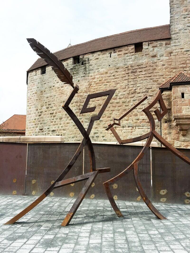 """Skulptur """"Die Feder siegt über das Schwert"""", © Bayerische Schlösserverwaltung"""
