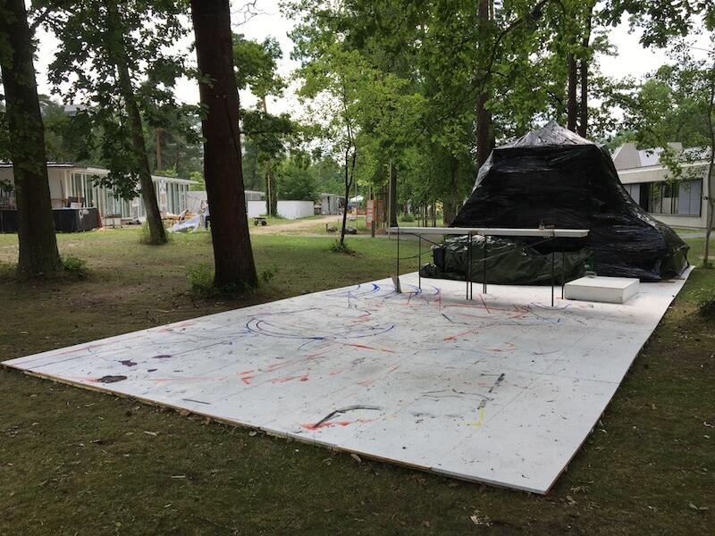 Klasse Hakimi, verpackte Klassenmaterialien, Außenbereich zwischen den Klassenräumen und der Aula, Jahresausstellung 2017, AdBK Nürnberg, Foto: Kunstnürnberg