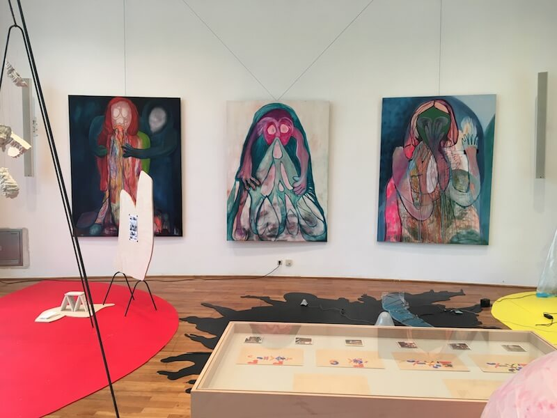Klasse Prof. Michael Hakimi, Triptychon von Mirjam Walter, Aula, Jahresausstellung 2017, AdBK Nürnberg, Foto: Kunstnürnberg