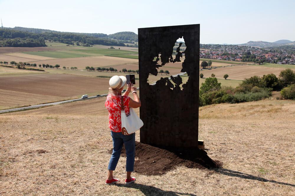 Shou-sugi ban Europa, 2018 220x125cm Ausstellungsansicht: 'bewegter wind' im Naturpark Habichtswald/Kassel, 2018 Foto: Marc Limousin