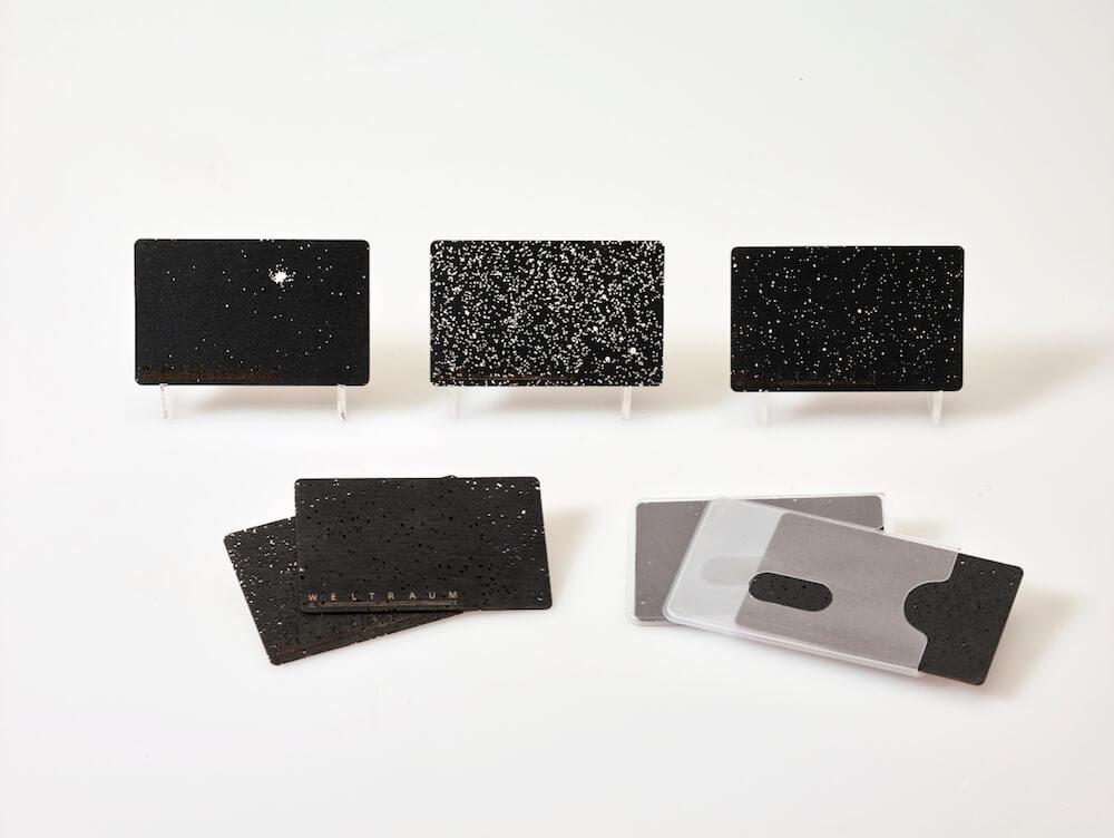 WELTRAUM ID - Skulpuren Bi rkensperrholz, Lack, Kartenhülle Kunststoff 8,5 cm 5,36 cm 0,06 cm Original-Edition 2018