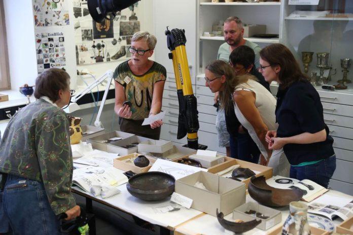 Blick in die Restaurierungswerkstatt für archäologische Funde während einer Führung mit Ute Meyer-Buhr, Foto: GNM