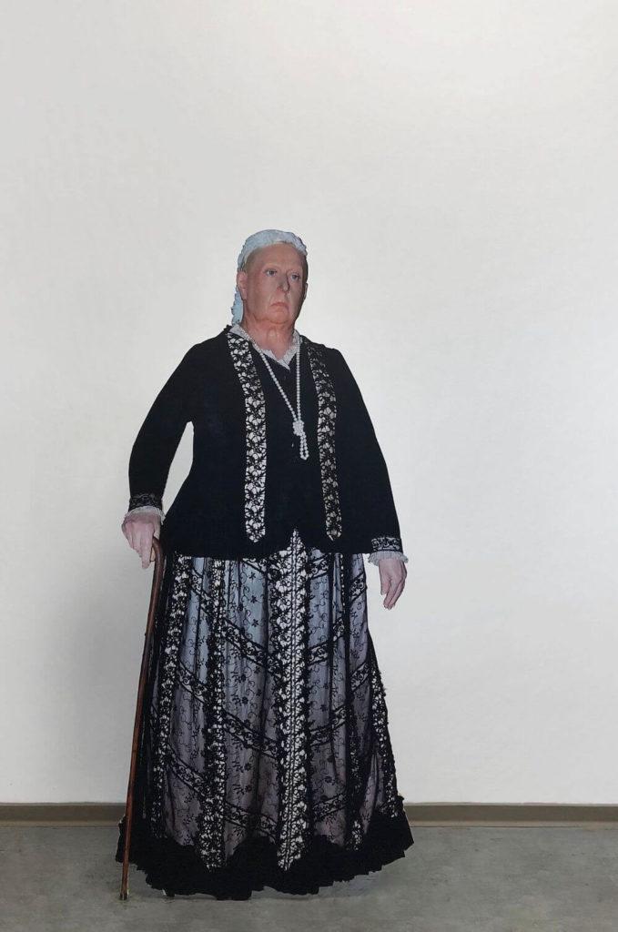 """""""Wax Figure"""", 2019, UV-Druck auf Pappwabenplatte, Edelstahl, 69 x 44 x 158 cm, Courtesy der Künstler, Galerie Noah Klink und Jürgen Becker Galerie"""
