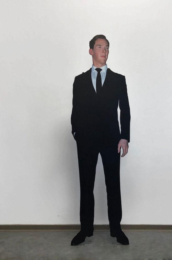 """""""Wax Figure"""", 2019, UV-Druck auf Pappwabenplatte, Edelstahl, 54 x 34 x 187 cm, Courtesy der Künstler, Galerie Noah Klink und Jürgen Becker Galerie"""
